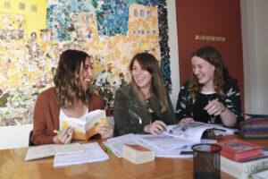 clases de español estudiantes riendo